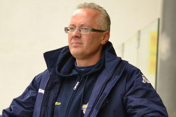 Tréner Branislav Kohutiar. Nepozdával sa mu výkon rozhodcov v Michalovciach.