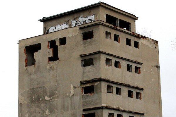 Opustená budova. V minulosti výrobňa kŕmnych zmesí.