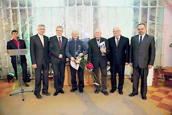 Ocenení. Jozef Tarcala (v strede) a Juraj Ščerbík (3. sprava).