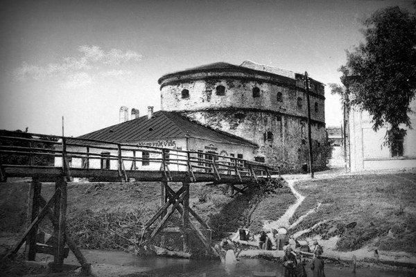 Hrubá bašta a bývalá krčma u Bindingera. Fotografia zo zaČiatku 20. storočia.