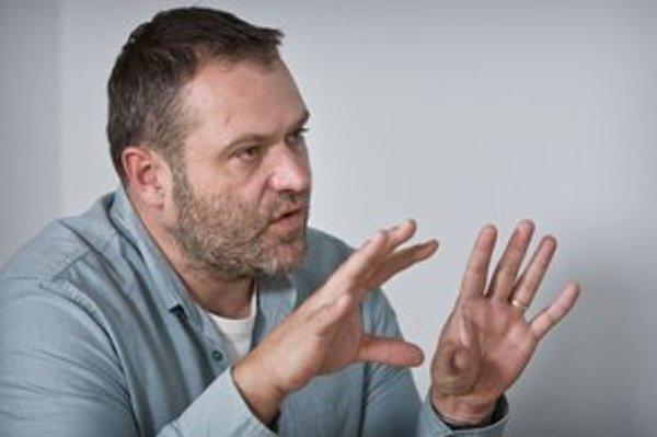 Henrich Krejča (39 rokov) nastúpil do Markízy v roku 1996 ako redaktor spravodajstva. Od roku  2001 bol spravodajcom z Prahy, v roku  2005 sa stal šéfredaktorom spravodajstva, tri roky šéfoval publicistike. Keď televízia v roku 2010 zrušila reláciu Paľba,