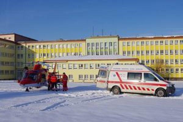 Príjem zraneného turistu v bardejovskej nemocnici. Mal šťastie, prepustili ho po deviatich dňoch, rekonvalescencia bude trvať štyri mesiace.