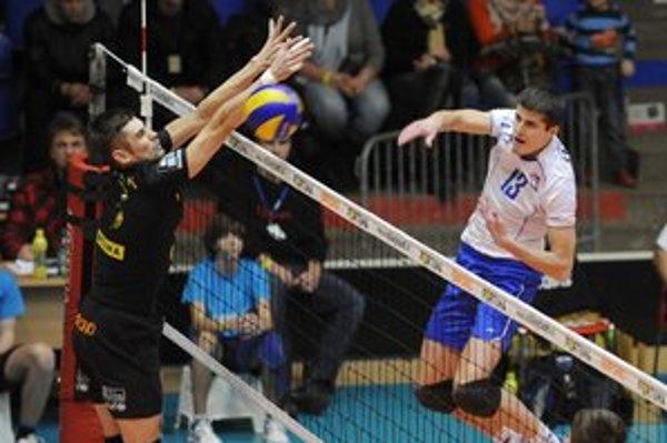 V pohárovom finále takto útočil cez bloky Volley Teamu svidnícky Michal Rajduga.