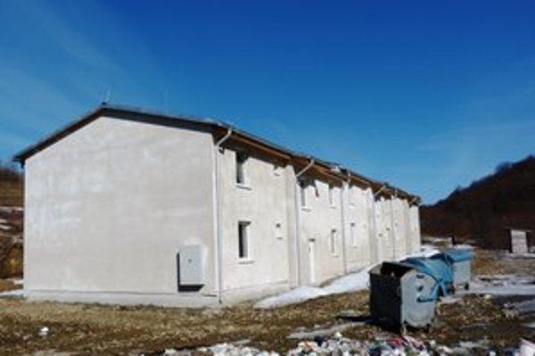Do bytovky nižšieho štandardu v Ladomirovej sa má sťahovať dvanásť rómskych rodín. Obec stavbu nemôže odovzdať kvôli chýbajúcej kanalizácii.