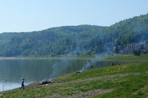 Predsezónna údržba brehov a pláží na Valkove. S prácami začali pred mesiacom.
