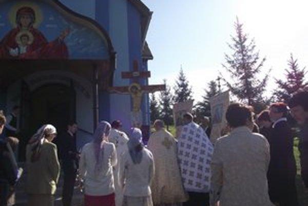 Posvätenie chrámu. Kňazi posvätili i pravoslávny drevený kríž pred chrámom.