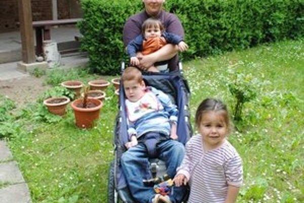 J. Brincková s deťmi. Nesťažuje sa na ťažký život, no prijala by lepšie zákony.