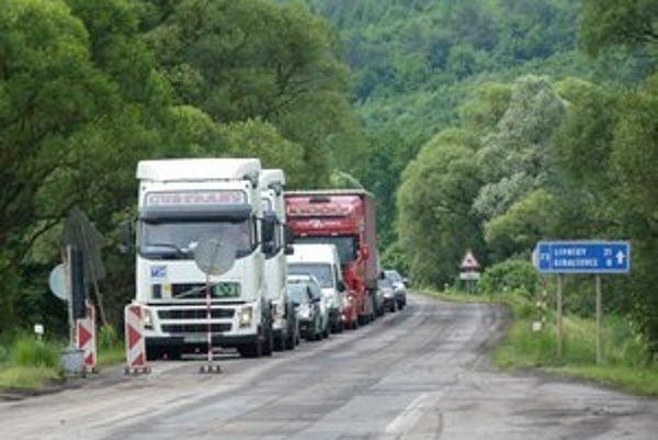 Cestári opravujú úsek od Francoviec po Šarišský Štiavnik. Do polovice júla plánujú obnoviť deväť kilometrov.