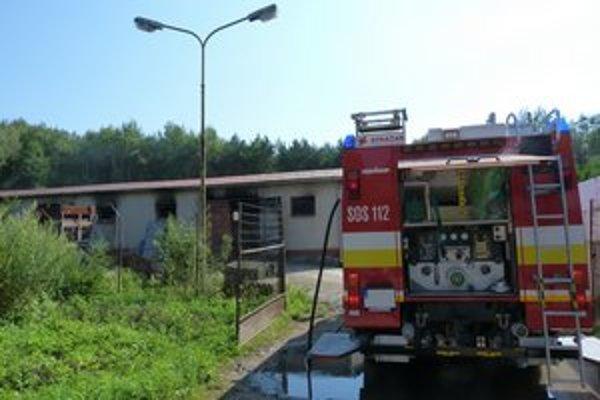 Zásah hasičov si vyžiadal použitie protichemických odevov.