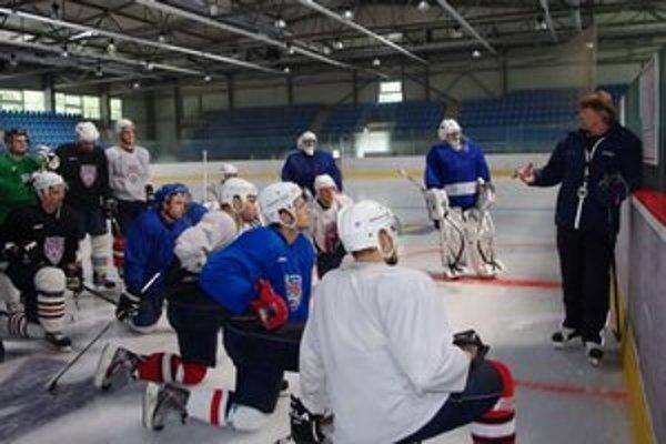 Už trénujú na ľade. Bardejovčania pod taktovkou trénera Tomka.