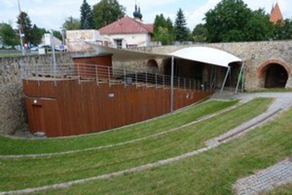 Amfiteáter vo vodnej priekope. Ľudí z letného kina nevyhnalo počasie, ale dočasné ukončenie jeho prevádzky.