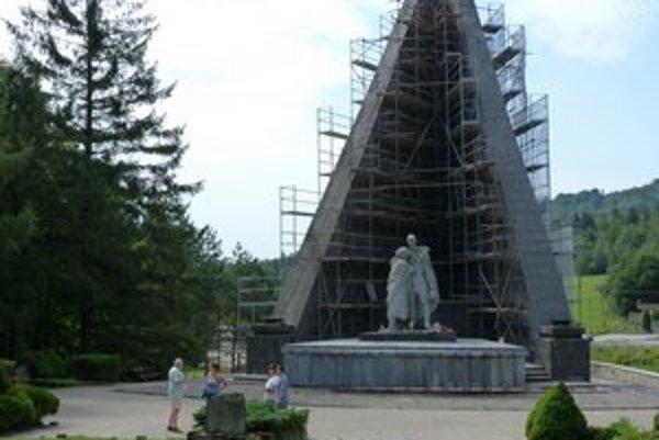 Pamätník Československého armádneho zboru. Jeho komplexná rekonštrukcia potrvá do konca septembra.