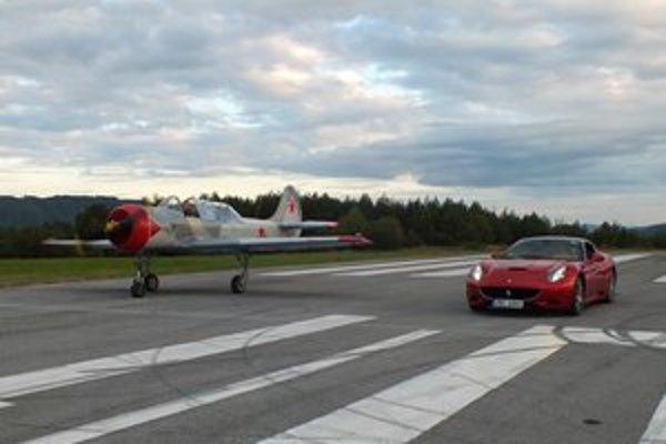 Súboj ferrari proti Jak–52. Výsledok sobotňajších rýchlostných pretekov bol nerozhodný.