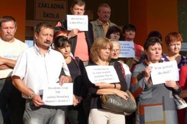 Štrajkujúci zamestnanci ZŠ Komenského. Vo Svidníku sa do výstražného štrajku zapojila väčšina škôl.