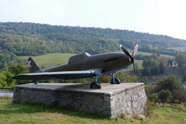 Lietadlo Avia-B33. Letecký unikát navštevovali v Nižnom Komárniku stovky turistov. Múzejníci z VHÚ ho nechali zrepasovať.
