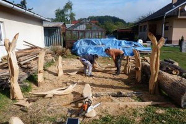 Tročany brigádujú. Obyvatelia sa z originálnej obnovy obecného parku tešia a zapájajú sa do pomocných prác.