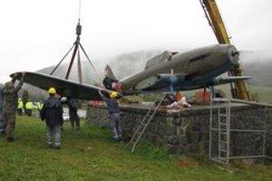 Lietadlo Avia-B33 previezli do Prešova. Oprava leteckého unikátu má na prešovskej vrtuľníkovej základni prebiehať jeden rok. Do muzeálnej podoby ho pretvoria špecialisti na leteckú techniku.