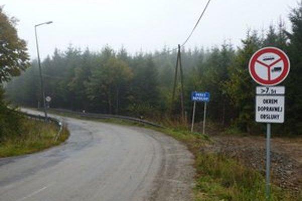Hraničný priechod pri Becherove. Zakazové značky poľskí kamionisti nerešpektujú.
