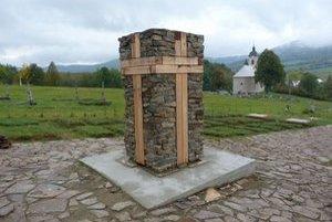 Centrálny pamätník v Becherove. Uprostred vojnového cintorína je masívny kamenný a drevený hranol s čitateľným krížom. Obnova pohrebiska potrvá do mája budúceho roka.