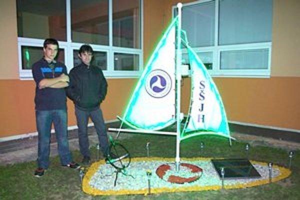M. Jusko a F. Haluška. Študent 4. ročníka odboru mechanik elektrotechnik za pomoci svojho učiteľa zostrojil meteorologickú stanicu v tvare plachetnice.