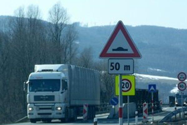 Premostenia budú trvalé. Najväčšie problémy na tomto úseku majú vodiči nákladných vozidiel.