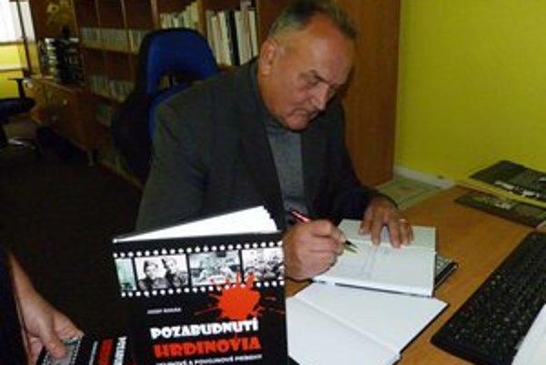 Jozef Rodák. V knihe Pozabudnutí hrdinovia autor zozbieral vojnové a povojnové príbehy z regiónu pod Duklou.