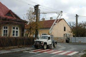 Elektrikári v pracujú na vzdušnom vedení.