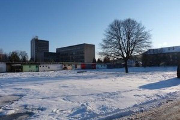 Pozemok po zbúraných bytovkách. Vo Svidníku sa už viac ako tri roky nedarí predať pozemok v centre po asanovaných mestských bytovkách.