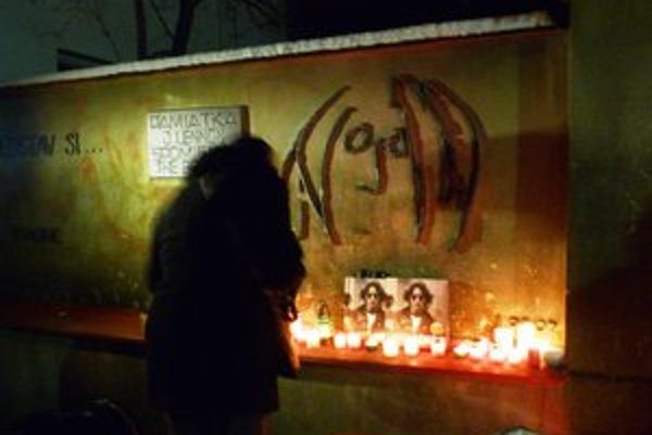 Spomienka na legendu. Bardejovčania si pripomenuli 32. výročie náhlej smrti britskej hudobnej ikony J. Lennona.