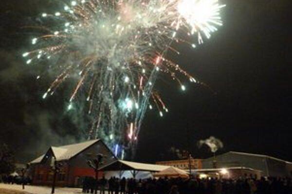 """Tradičný ohňostroj. Nový rok podľa """"starého"""" juliánskeho kalendára vo Svidníku vítali ohňostrojom."""