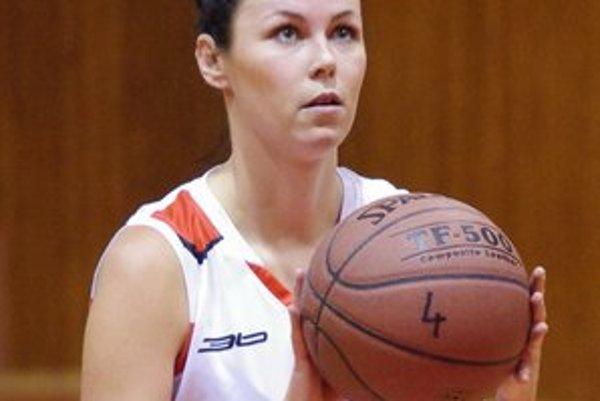 Najlepšia strelkyňa Bardejova. Andrea Kuhajdíková s číslom 8 na drese nestačila s 15 bodmi na víťazstvo v Starej Ľubovni.