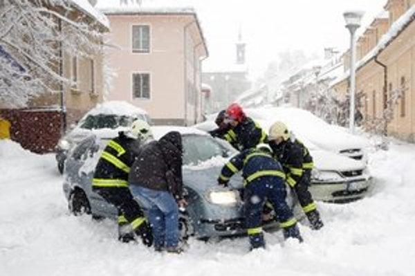 Bohatá nádielka. Situácia s vytrvalým snežením spôsobila aj problémy v doprave.