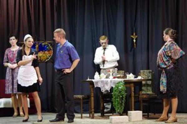 Kľušovskí ochotníci. Prvé hosťovanie mladých divadelníkov malo v Bardejove úspech. Mladým ochotníkom tlieskala plná sála.