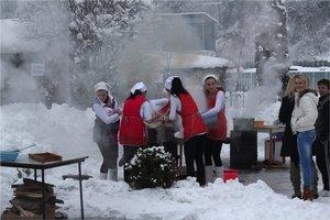 Fašiangové majstrovstvá. Novej súťažnej tradície vo varení pirohov a halušiek sa zúčastnilo šesť päťčlenných družstiev z Kružlova.