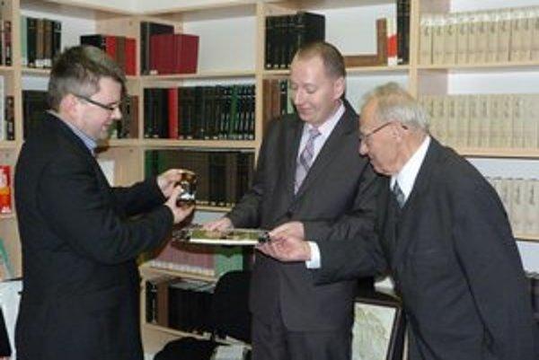 Krstili vodou z Ondavy. Príbehy A. Šalátu krstili svidnícky primátor J. Holodňák, ich editor R. Pavlovič i sám autor.