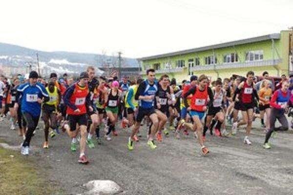 Bežci pri premiére podujatia. Hromadný štart 8-kilometrového behu Bardejov - Bardejovské Kúpele.