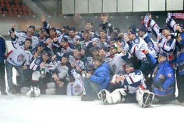 Víťazné mužstvo prvej hokejovej ligy. Bude sa Bardejov radovať aj po baráži s Martinom?