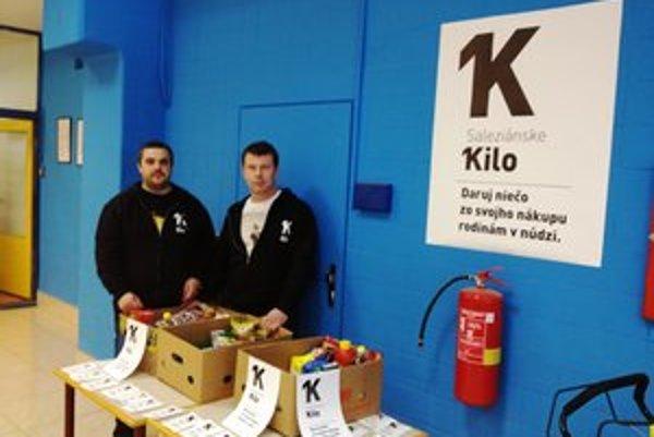 Saleziánske kilo. V predajniach potravín v Bardejove sa pred sviatkami vystriedalo šestnásť dobrovoľníkov. Pomoc adresovali päťdesiatim rodinám.