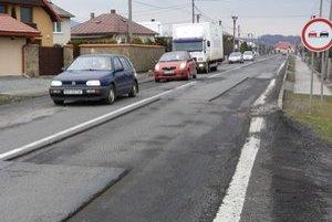 Stročín. Cestári v obci vyfrézovali viaceré súvislé časti cesty I. triedy. Ľudia tvrdia, že je to aj kvôli ostrým hranám dier horšie ako to bolo predtým.
