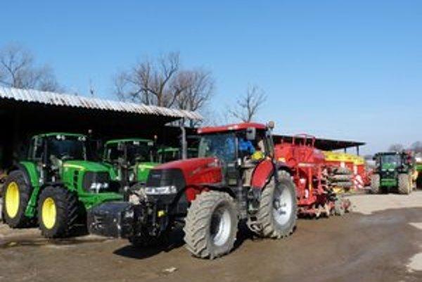 Ťažké stroje stoja. Poľnohospodári meškajú so sejbou už viac ako mesiac.
