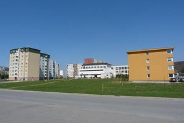 Lokalita výstavby. Svidnícka radnica chce na mestskej parcele na ulici Karpatskej nechať postaviť nový bytový dom s nájomnými bytmi.
