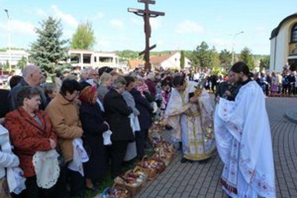 Pravoslávna Veľká noc. Ranné bohoslužby sa končili tradičným posväcovaním veľkonočných jedál. Pred chrámom Svätej Trojice vo Svidníku veriaci na posvätenie tento rok zhromaždili 360 košíkov.