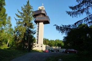 Vyhliadková veža. Atrakciou Noci múzeí bola i prehliadka 50–metrovej veže, ktorá poskytuje vyhliadku na dejisko bojov počas Karpatsko-duklianskej operácie.