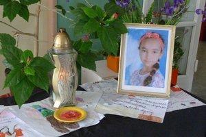 Kamaráti Mišky pri jej obraze so zapáleným kahancom zanechali množstvo obrázkov a odkazov.