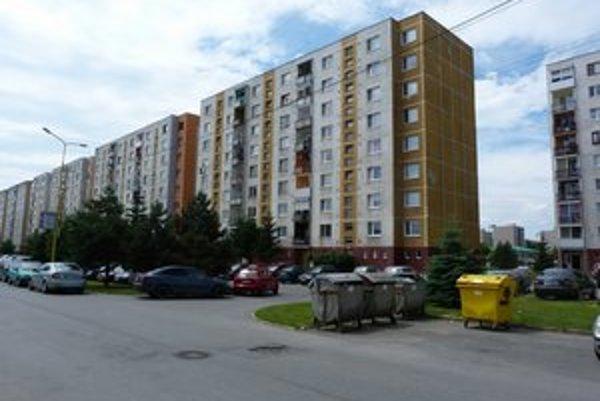 Sídlisko Dukla. 20-ročný muž z okna bytovky vypadol po krátkom čase, keď ležal na okennej rímse.