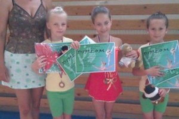 Trénerka Beáta Horníková. S gymnastkami po súťaži.