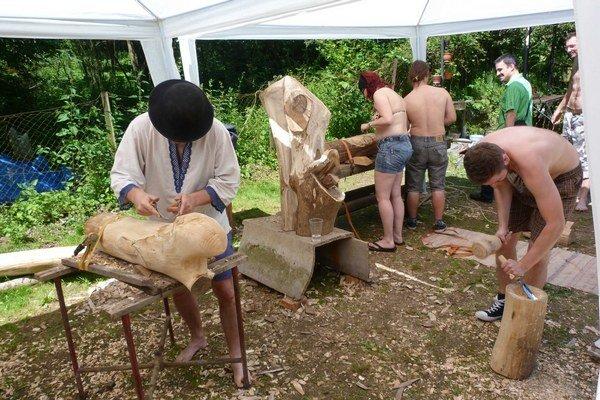 Drevorezbársky workshop. Na chate pri Bardejove sa dobrovoľníci zoznamovali s technikou rezbárskeho remesla. Témou bola mytológia Keltov.