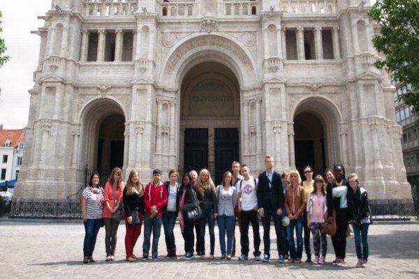 Študenti v Bruseli. Gymnazisti z Bardejova predstavili v prezentácii svoju školu, mesto, kraj a Slovensko.