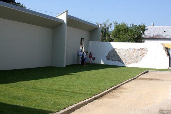 Vnútrajšok monumentu. Minulý týždeň bola odovzdaná prvá časť Pamätnej záhrady.