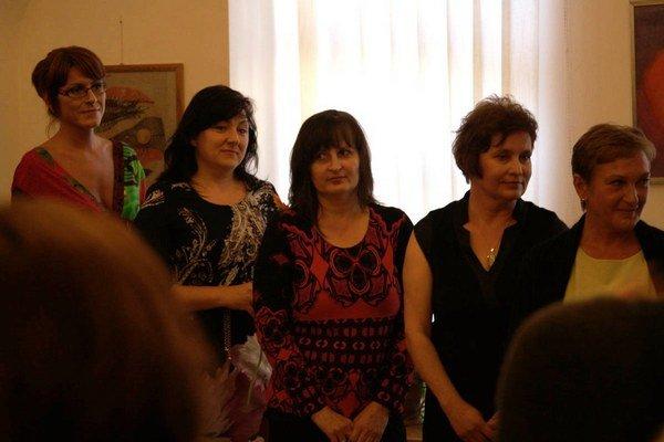 Vernisáž výstavy Hľadanie v kope sena. Učiteľka (vľavo) a jej štyri žiačky.